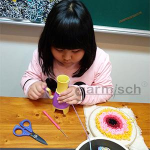 Sew Mate 毛線俄羅斯刺繡可搭配搖桿編織器6305,是提升小朋友自行完成作品的成就感.
