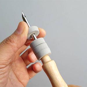毛線俄羅斯刺繡 PN-003 安裝迴圈定位器時請以左手固定定位器,右手輕輕旋轉刺繡針,慢慢將定位器安裝至針管上. (切勿用力推拉,避免碰到銳利的針端切口)